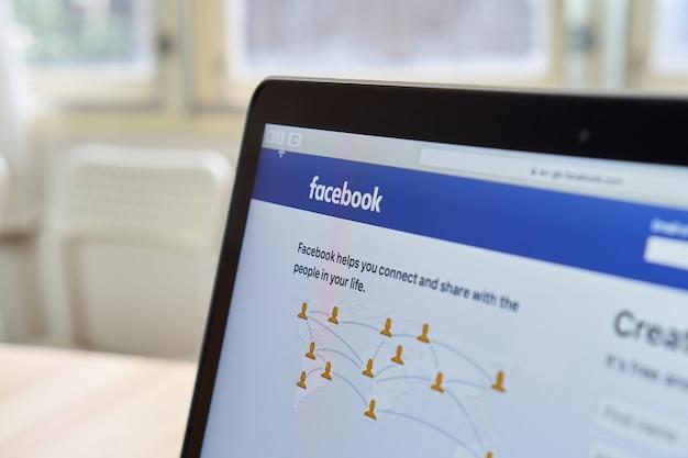 Bangkok, tailândia - 15 de outubro de 2017: feche os ícones do facebook no apple macbook. o maior e mais popular site de redes sociais do mundo. Foto Premium