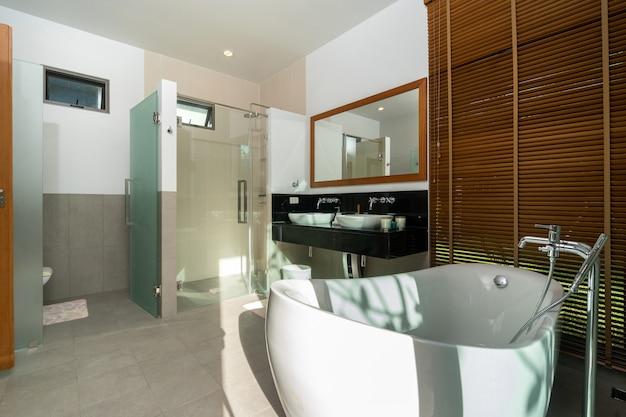 Banheira de imersão na casa de banho moderna Foto Premium
