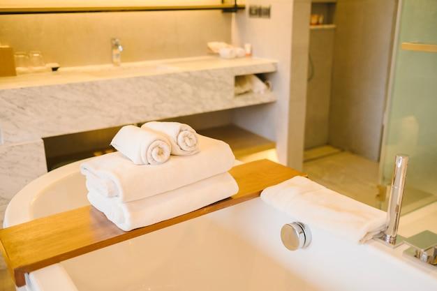 Banheira de luxo e toalha dentro do quarto no hotel Foto gratuita
