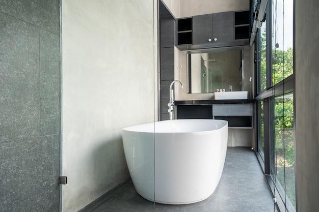 Banheira em villa loft moderno com vidro de janela de espaço aberto Foto Premium