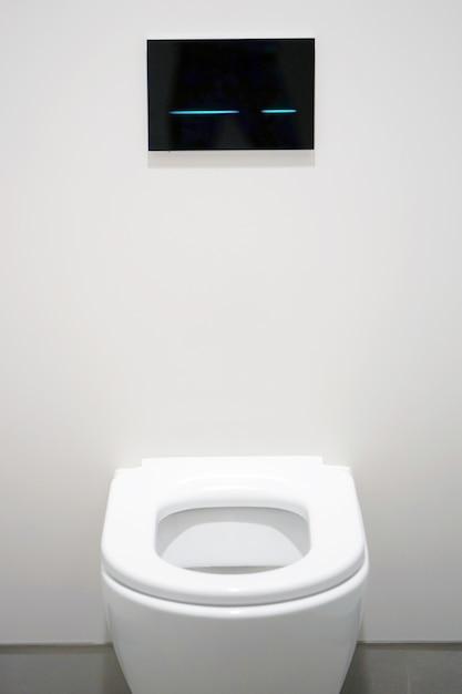 Banheiro branco no banheiro Foto Premium
