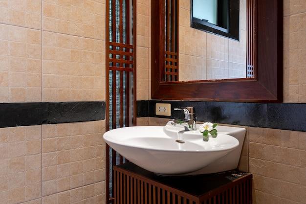 Banheiro e pia em vivenda de luxo na piscina Foto Premium