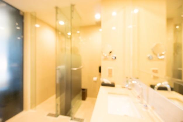 Banheiro iluminado com um grande espelho Foto gratuita