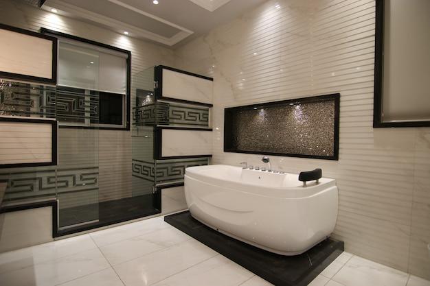 Banheiro moderno com banheira de hidromassagem Foto Premium