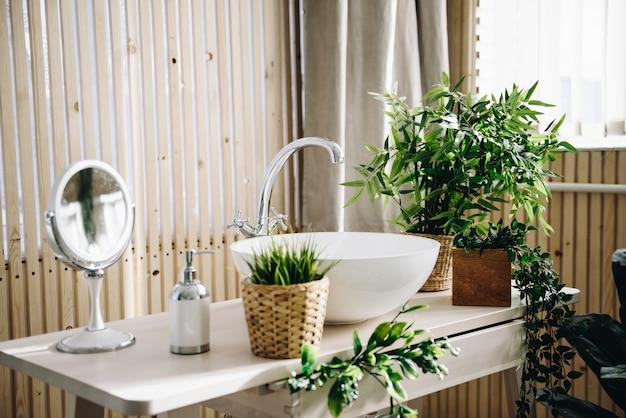 Banheiro moderno e espaçoso. quarto luminoso. interior moderno. Foto Premium