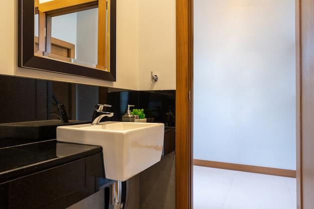 Banheiro moderno em casa de luxo Foto Premium