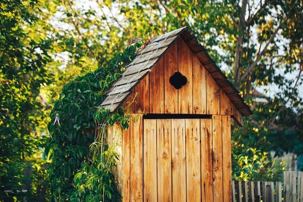 Banheiro rural de madeira no mato, banheiro público Foto Premium