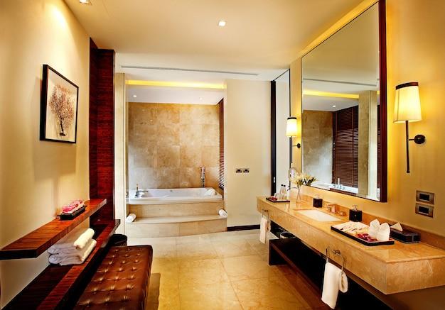 Banheiros modernos em hotéis de luxo. Foto Premium