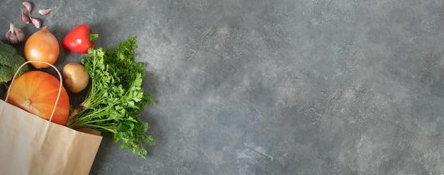 Banner com uma alimentação saudável, cozinhando o conceito. dia ecológico. use sacola de compras com legumes orgânicos frescos, compras de supermercado Foto Premium