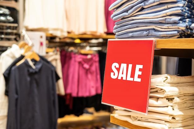 Banner de venda e anunciar o quadro na loja de departamento de compras no shopping Foto Premium
