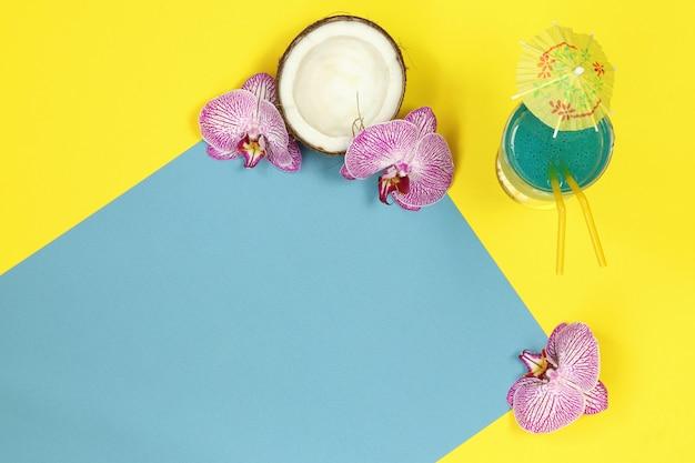 Banner de verão com coquetel em azul amarelo Foto Premium