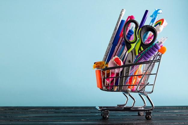 Banner do carrinho de compras com material escolar o Foto Premium