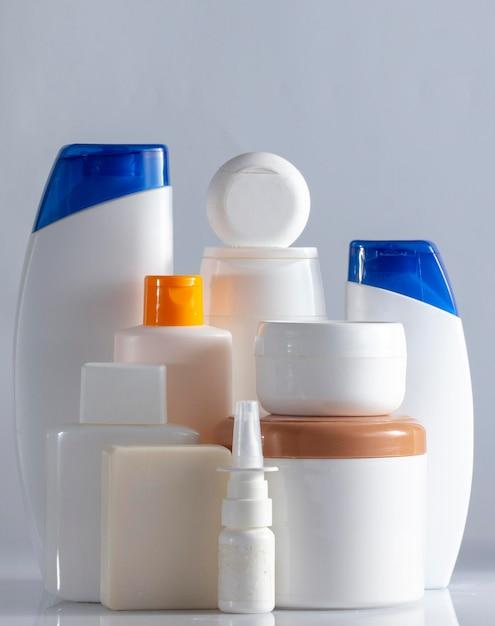 Banner frascos de cosméticos para cuidados com o cabelo e o corpo branco sobre fundo branco copie o foco seletivo do espaço close-up Foto Premium