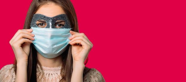 Banner girl em um carnaval e máscara médica em fundo vermelho com espaço em branco Foto Premium