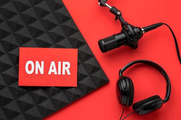 Banner no ar e microfone com fones de ouvido Foto gratuita