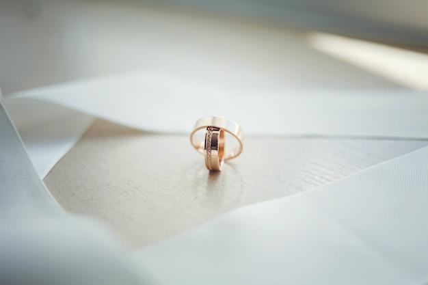 Banner panorâmico de duas alianças de casamento em ouro Foto Premium