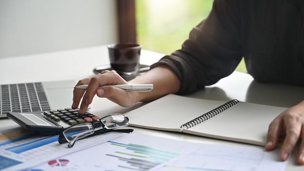 Banqueiro feminino fazendo cálculos Foto Premium