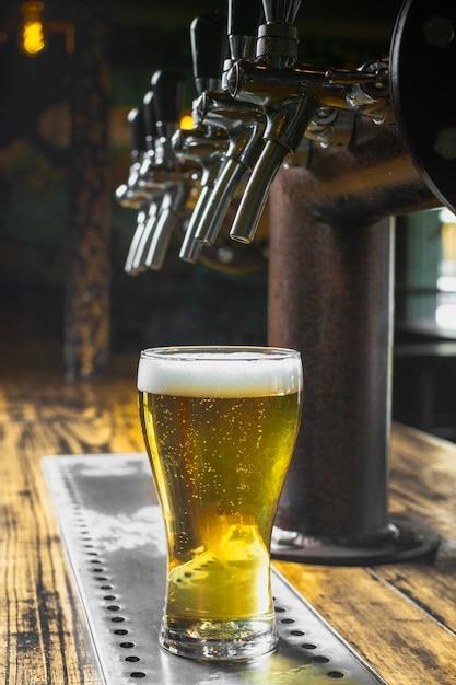 Bar configurado para servir cerveja com espuma Foto gratuita