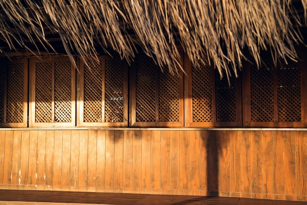 Bar de praia de madeira fechada com sol do sol Foto Premium