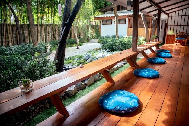 Bar japonês no café ou restaurante com uma pequena planta verde e papel para nota Foto Premium