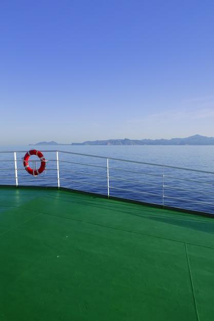 Baralho verde com montanhas da ilha de ibiza Foto Premium
