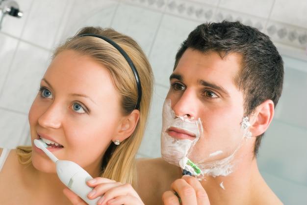 Barbear e escovar os dentes Foto Premium