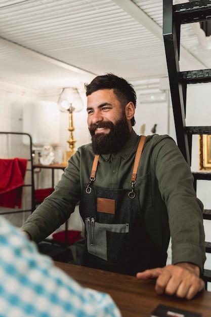 Barbeiro adulto falando com o cliente no cabeleireiro Foto gratuita
