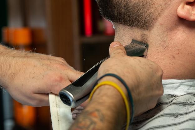 Barbeiro corrige barba de cara Foto gratuita