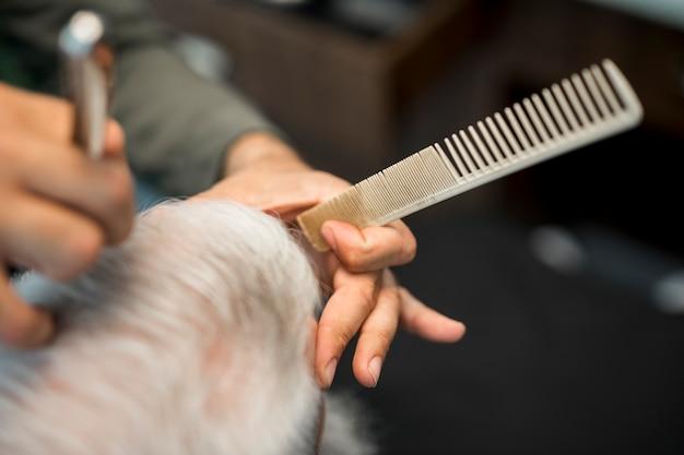 Barbeiro, mão, com, pente Foto gratuita