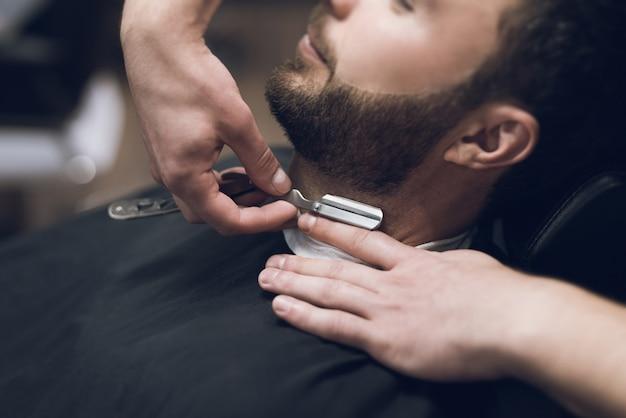 Barbeiro raspa a cabeça, bigode e barba para homem Foto Premium