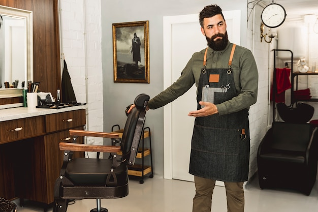 Barber convidando a ir para cortar o cabelo no salão Foto gratuita