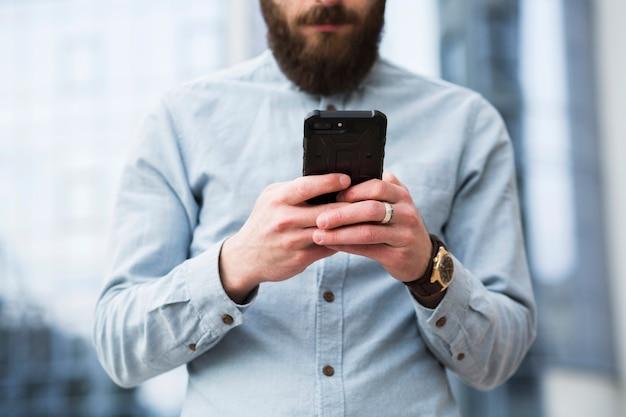 Barbudo, homem jovem, messaging texto, ligado, telefone móvel Foto gratuita