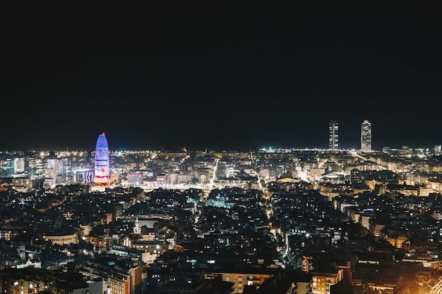 Barcelona vista da cidade à noite do topo da cidade Foto Premium