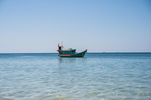 Barco a motor em madeira com uma bandeira do vietnã Foto gratuita