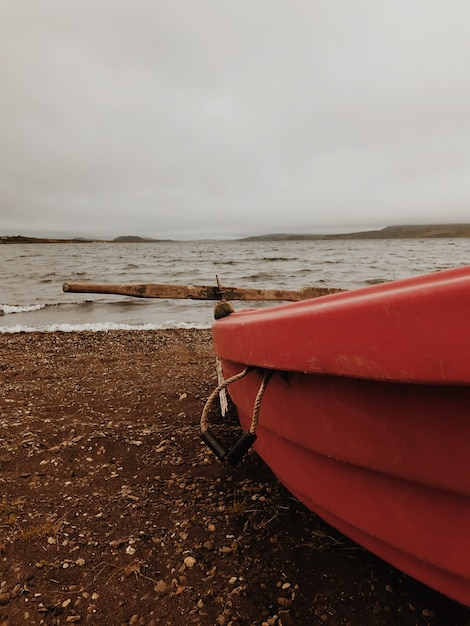 Barco a remo solitário na praia Foto Premium