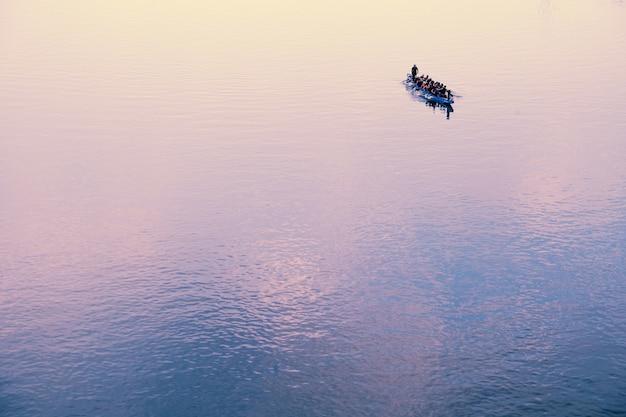 Barco cheio de pessoas no horizonte Foto gratuita