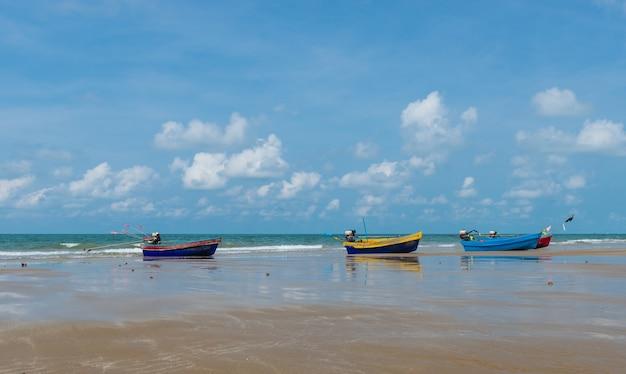 Barco colorido da longo-cauda na praia, rayong. Foto Premium