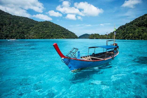 Barco de cauda longa de turista no mar na ilha de surin, tailândia Foto Premium