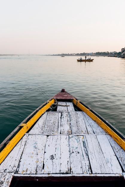 Barco de madeira navegando no rio ganges em varanasi, índia Foto gratuita