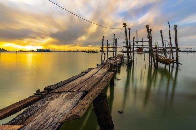 Barco de madeira no cais na tailândia. Foto Premium