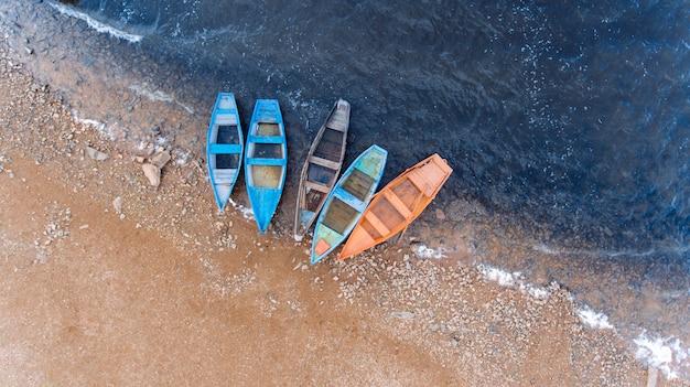 Barco de pesca. a água bonita em um bom dia. vista aérea. vista superior Foto Premium