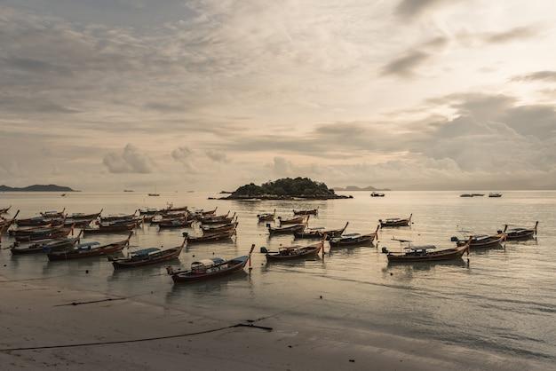 Barco de pesca na praia Foto Premium