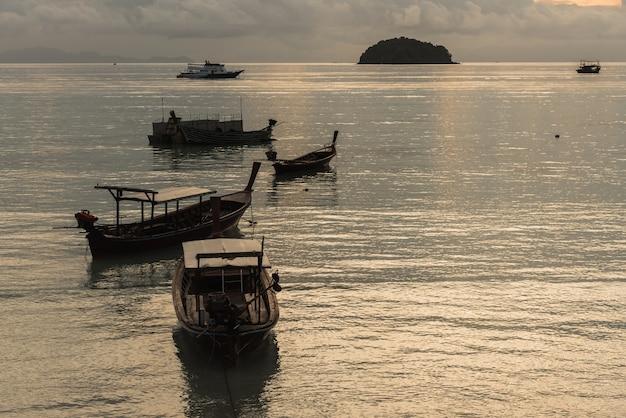 Barco de pesca no mar Foto Premium