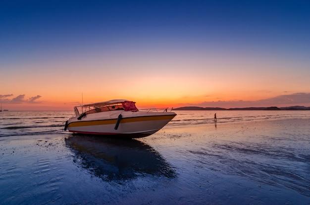 Barco de velocidade do mar à noite praia nublado em ao nang krabi tailândia Foto Premium