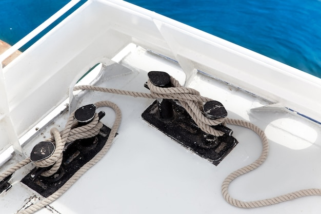 Barco duplo bitt com corda atracado no porto Foto Premium