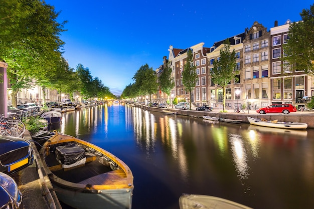 Barco e apartamento, casa, ao longo do canal de amsterdam com estrela no bl Foto Premium