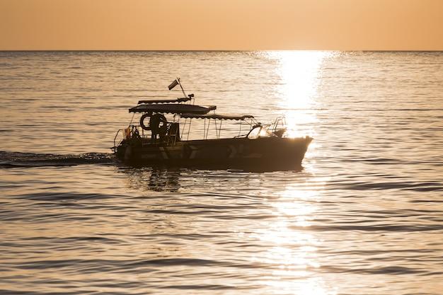 Barco e paisagem bonita do oceano Foto gratuita