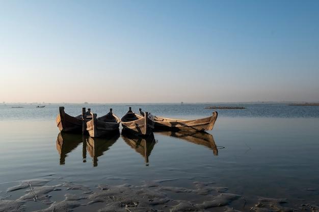 Barco na cena do lago Foto gratuita