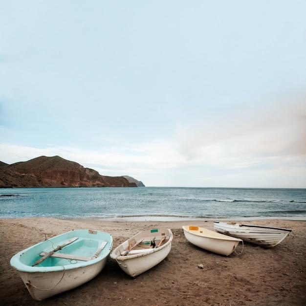barco na praia e no céu Foto gratuita