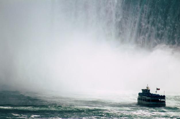 Barco navegando em caídas de ferradura Foto gratuita
